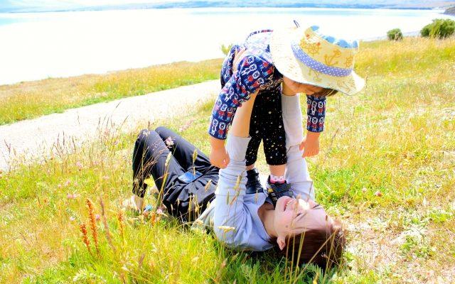河原で遊ぶ母娘