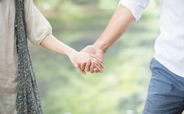 手を繋ぎあう二人